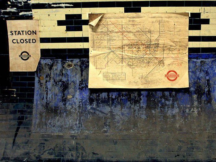 La station de métro Aldwych à Londres.