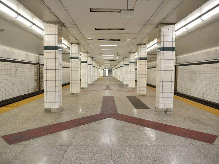 La station de métro Lower Bay à Toronto.