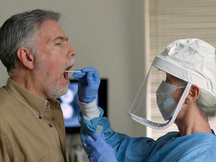 Les symptômes de la grippe et ceux de la Covid-19 peuvent beaucoup se ressembler.