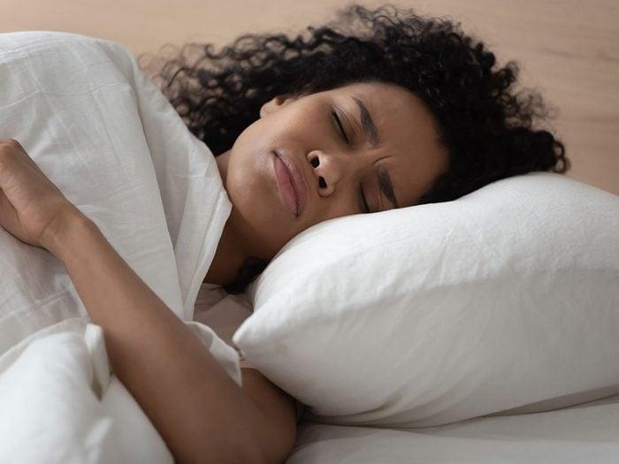 Vous avez une vessie hyperactive si vous vous réveillez pour aller aux toilettes.