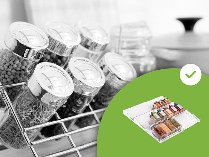 Les étagères à épices sur le comptoir font partie des accessoires de rangement que les experts en organisation n'achètent jamais.
