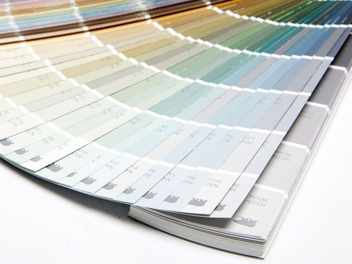 Choisi la bonne couleur de peinture pour l'aménagement intérieur.