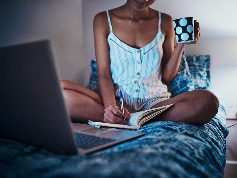 Tenir un journal de vos inquiétudes pour prévenir l'angoisse nocturne.