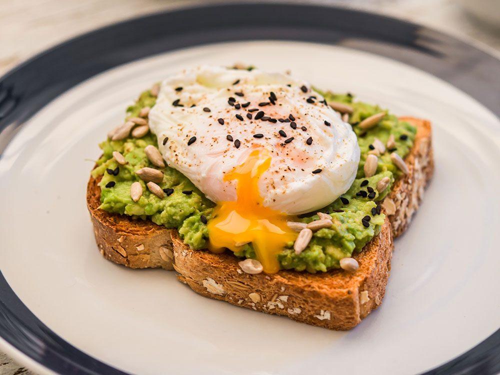 Testez cette recette de toast à l'avocat pour profiter des bienfaits des graines de tournesol.