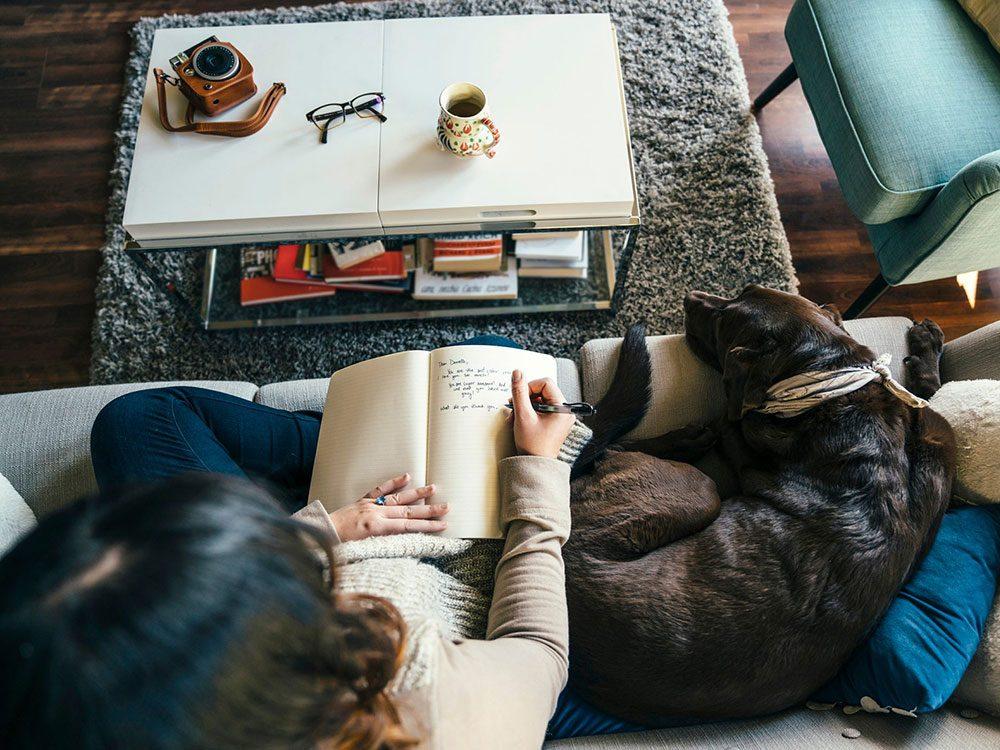 Comment faire un journal intime: commencer avec quelque chose de léger.