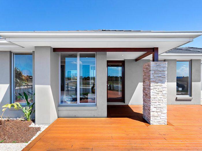 Comment ne pas gaspiller son argent: ne pas acheter une maison hors de prix.