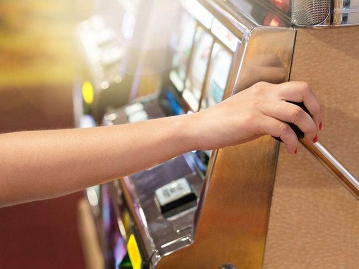 Comment ne pas gaspiller son argent: en évitant les jeux de hasard et d'argent.
