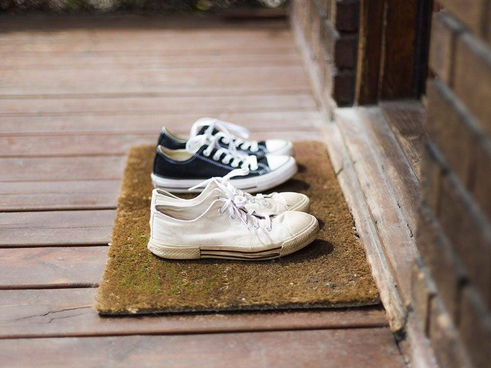 Pensez à nettoyer vos chaussures pour éviter la covid-19.