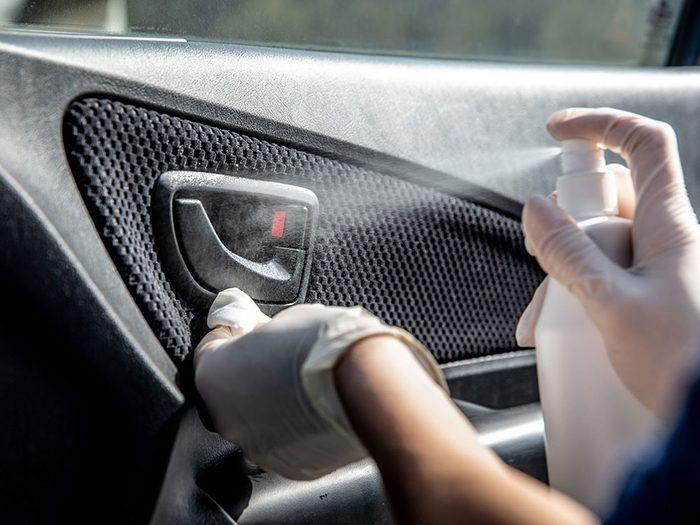 Nettoyez votre auto pour éviter la covid-19.