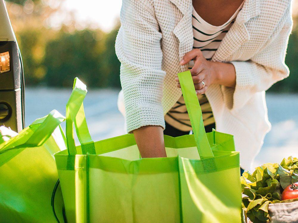 Nettoyez vos sacs d'épicerie pour éviter la covid-19.