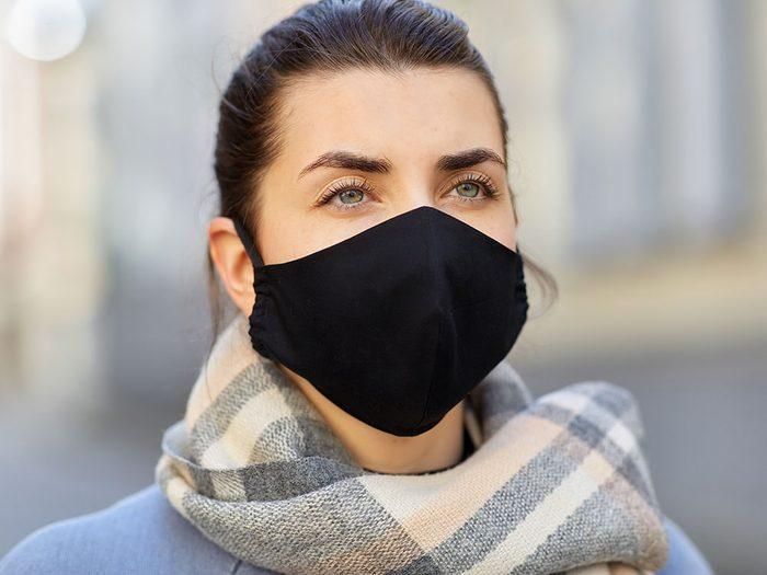 Anxiété: comment lire les expressions faciales quand les gens portent un masque?