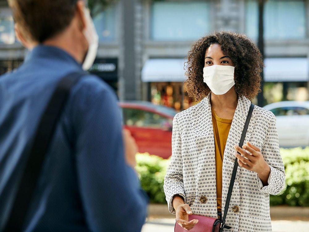 Lentilles de contact: comment lire les expressions faciales quand les gens portent un masque?