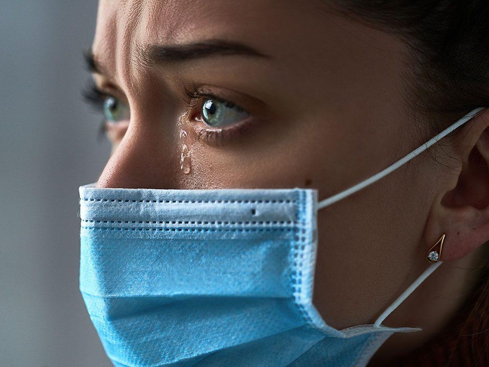 Heureux contre triste: comment lire les expressions faciales quand les gens portent un masque?