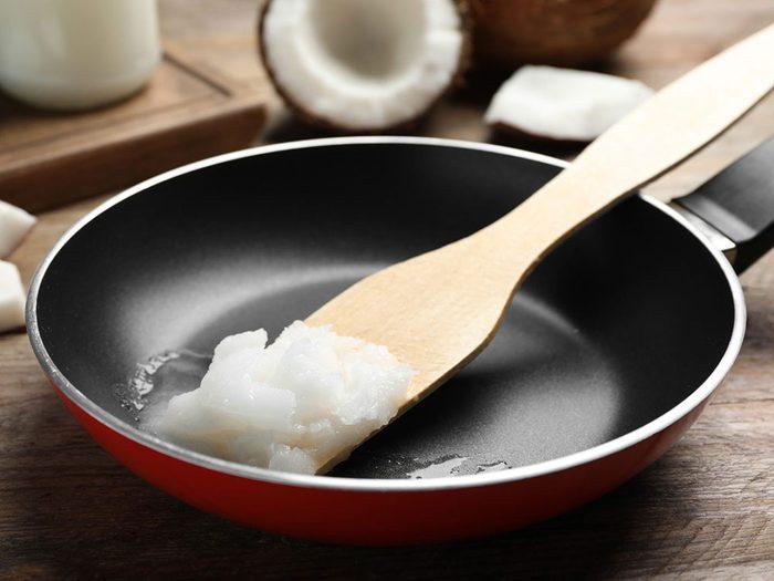 L'huile de noix de coco est une bonne huile pour la cuisson.