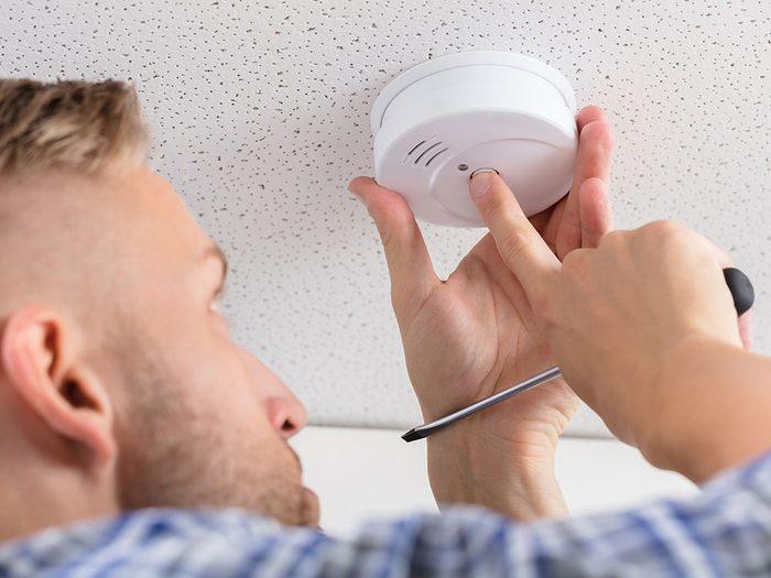 Inspectez vos détecteurs de fumée chaque mois pour éviter les incendies.