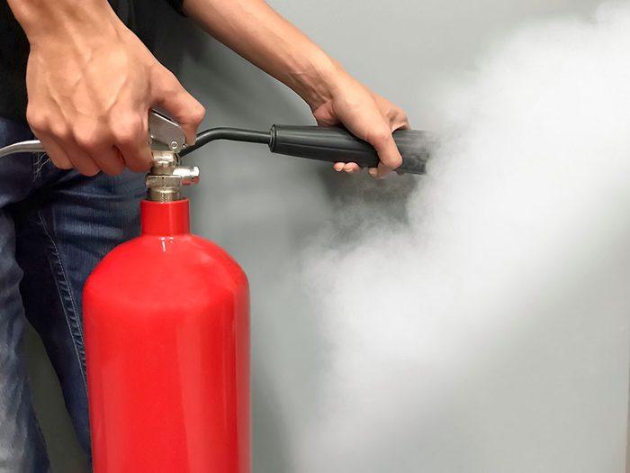 Comment utiliser un extincteur contre un incendie.