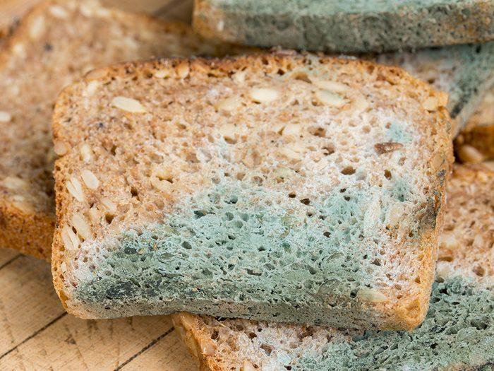 Pain et produits de boulangerie moisis.