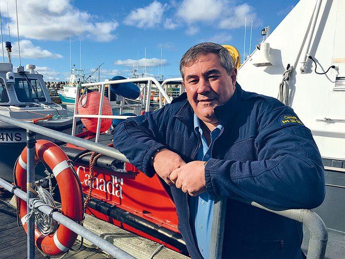 L'officier de la Garde côtière canadienne Jim Newell participe à la surveillance de la pêche meurtrière.