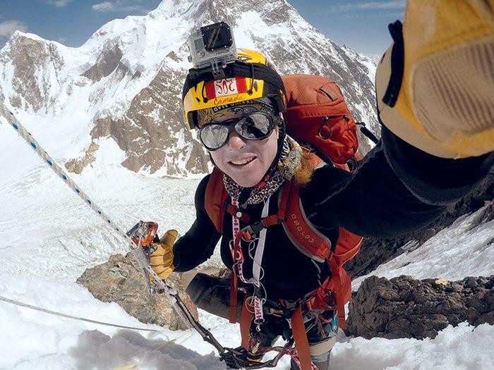 Monique Richard, ici sur le K2 en 2015, partage sa vie entre son métier de factrice et l'alpinisme.