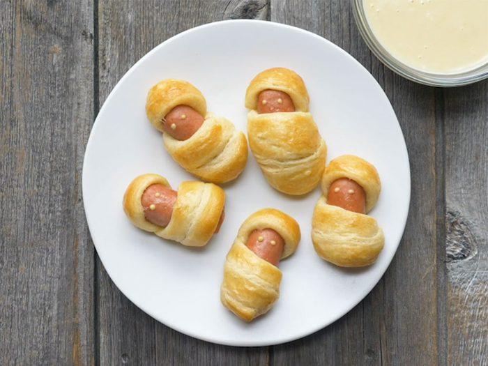 Momies de hot-dog avec trempette au miel et à la moutarde.