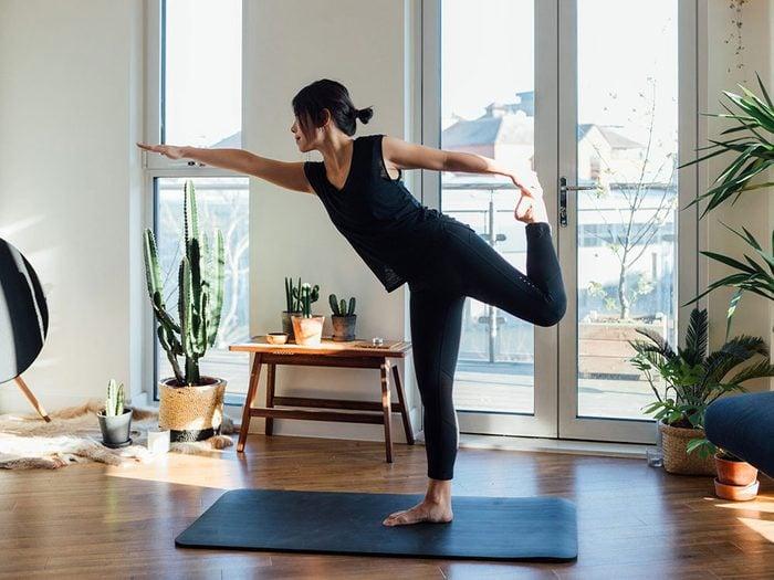 Prendre une position de yoga pour remplacer l'alcool et se relaxer.