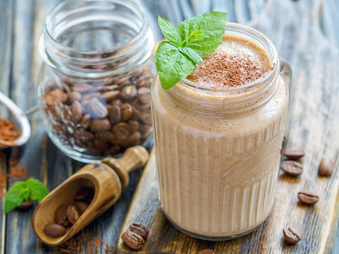Essayez ce smoothie au café pour un déjeuner protéiné santé.