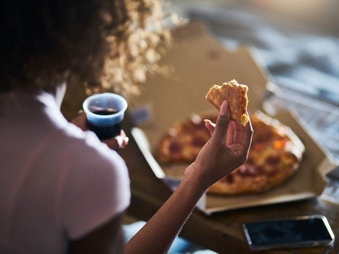 Une faim excessive peut être l'un des symptômes de la dépression nerveuse.