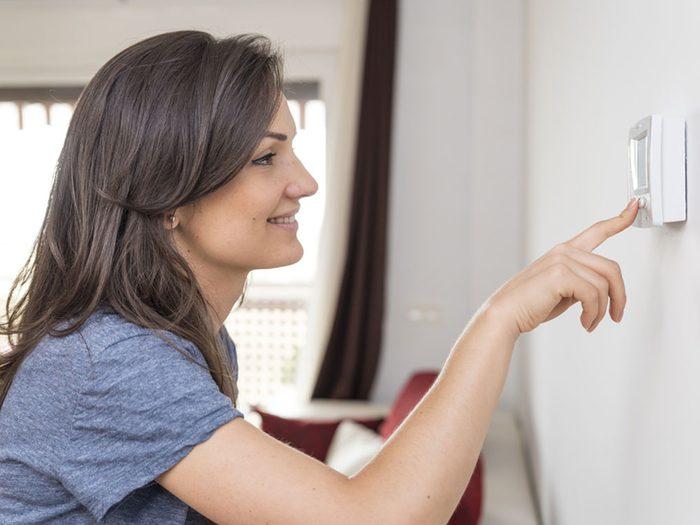 Température idéale pour la maison en hiver: églage du thermostat pour le jour et la nuit.