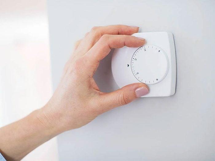 Réglage du thermostat d'hiver journalier dans la maison.