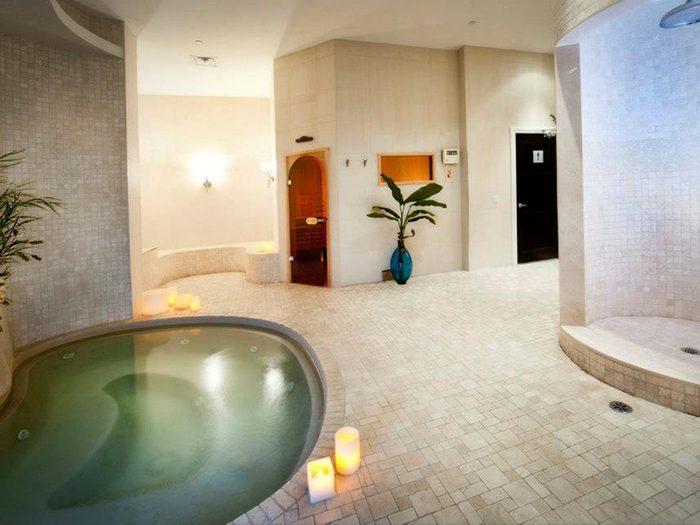 Au milieu du centre de beauté, le bain à remous.