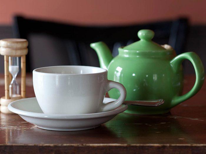 Comment préparer le thé: surveillez le temps d'infusion.