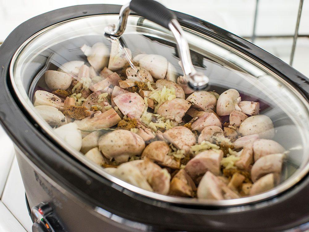 Lier la sauce pour cuisiner à la mijoteuse.
