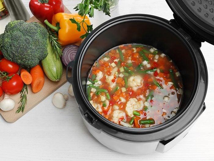 Bien découper les légumes pour cuisiner à la mijoteuse.