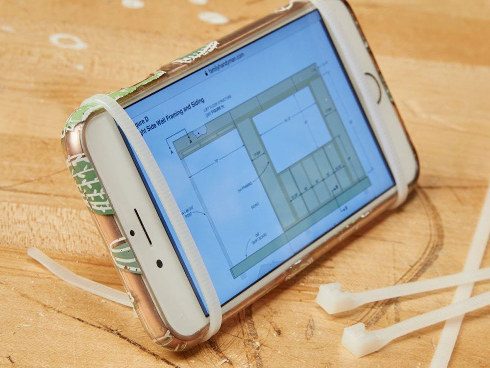Vous pouvez économiser de l'argent en utilisant des attaches autobloquantes comme support de téléphone.