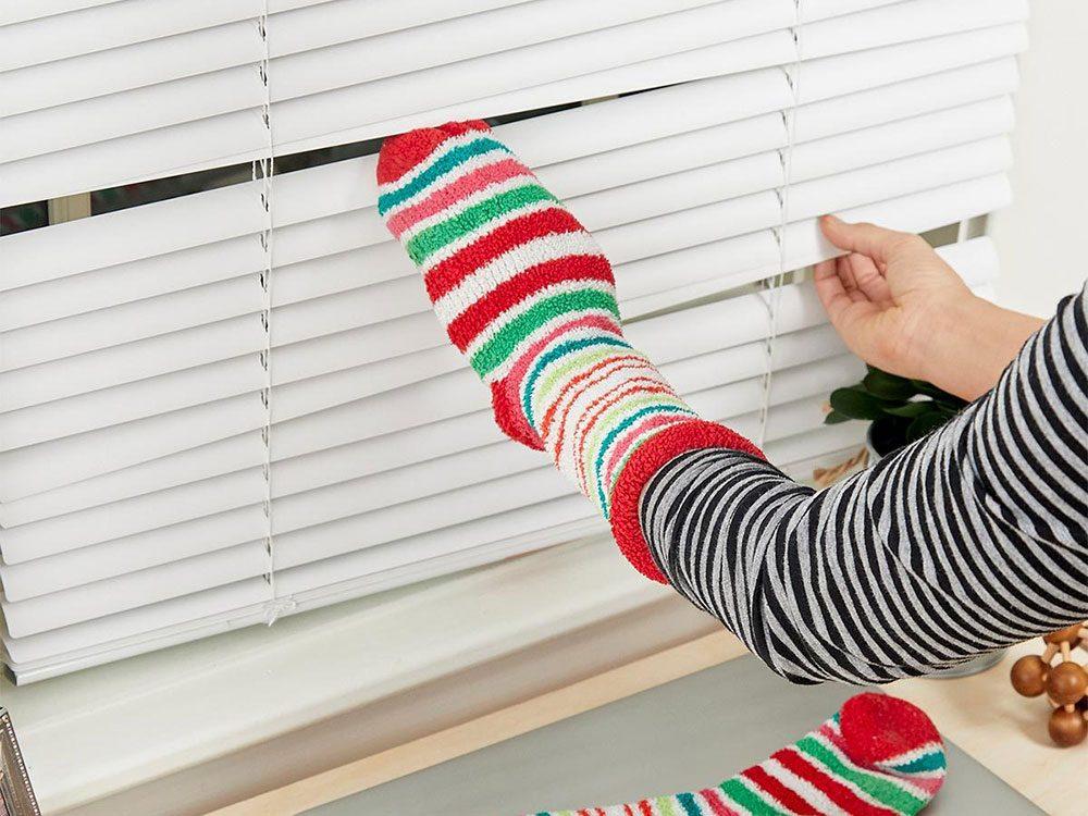 Vous pouvez économiser de l'argent en utilisant des chaussettes légères pour nettoyer les stores.