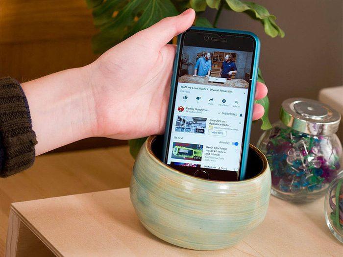 Vous pouvez économiser de l'argent en fabriquant un haut-parleur de téléphone en un clin d'œil.