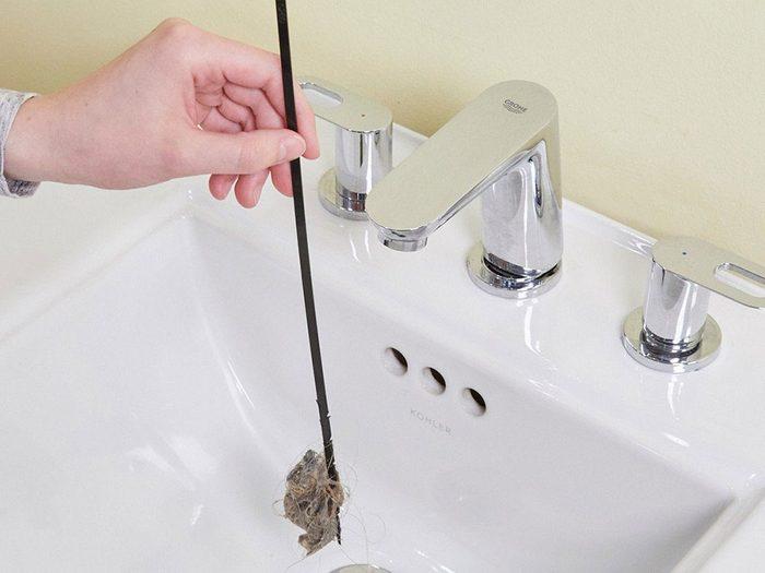 Vous pouvez économiser de l'argent en utilisant une attache autobloquante pour votre lavabo.
