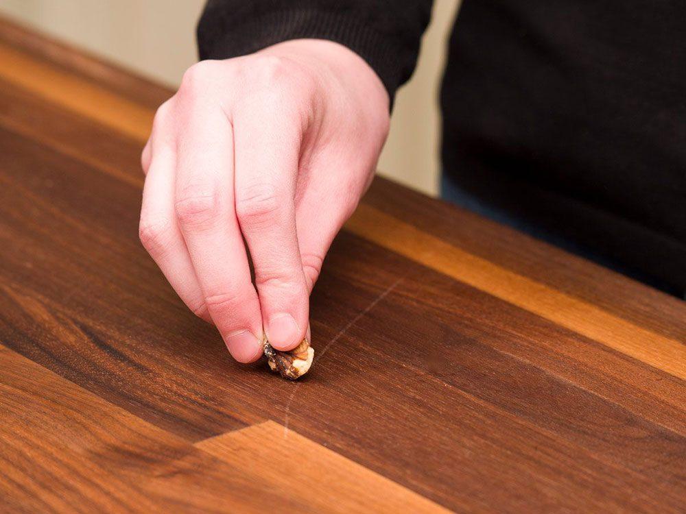 Vous pouvez économiser de l'argent en utilisant une noix pour vos meubles.