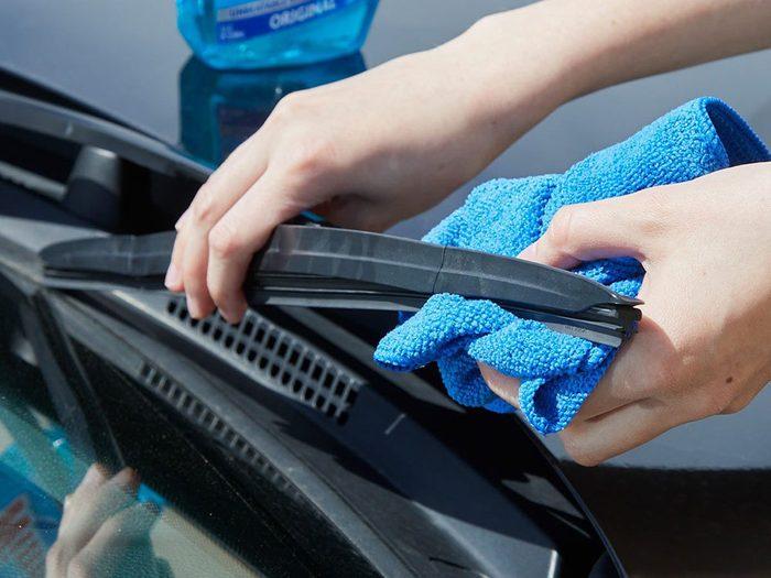Vous pouvez économiser de l'argent en nettoyant vos essuie-glaces.