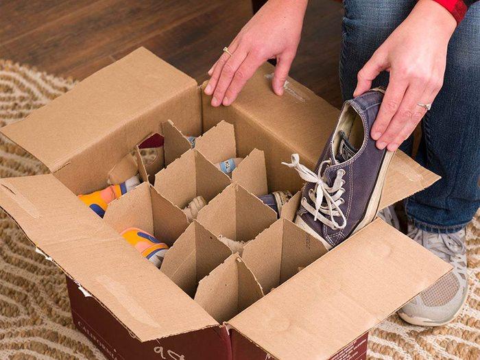 Vous pouvez économiser de l'argent en fabriquant un rangement à chaussures dans une boîte à bouteilles de vin.