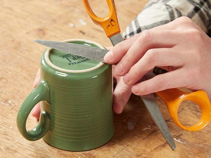 Vous pouvez économiser de l'argent en utilisant une tasse en céramique comme pierre à aiguiser.