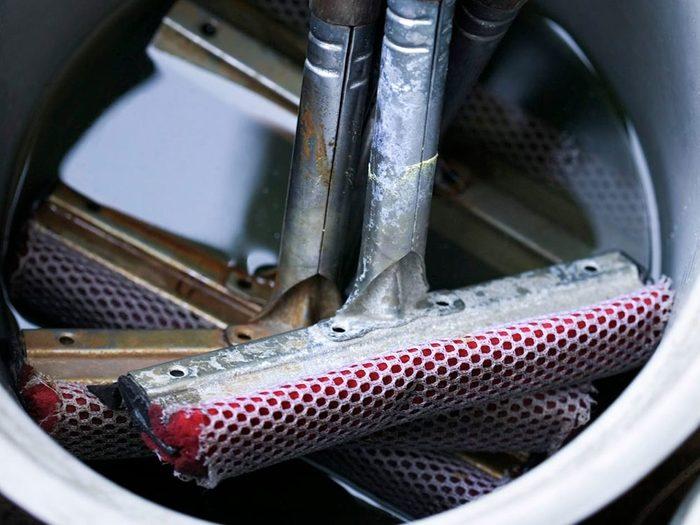 Entretien de l'auto: la raclette de la station-service peut abîmer votre voiture.
