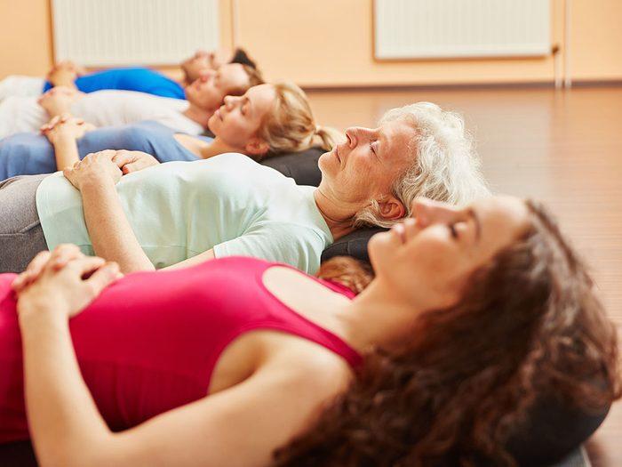 Essayez l'exercice de respiration Nadi Shodhana.