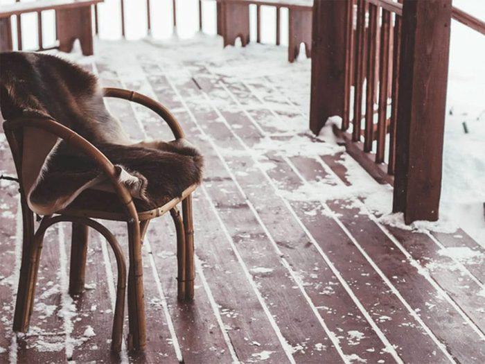 Retirer glace et neige de la terrasse.