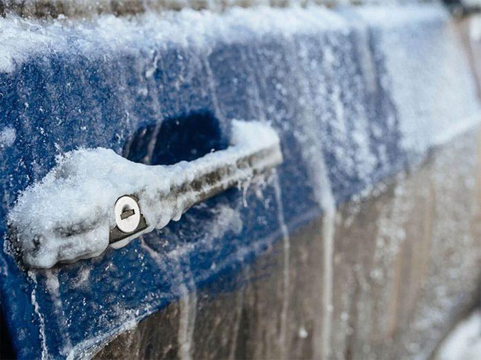 Souffler à travers une paille pour retirer glace et neige facilement!