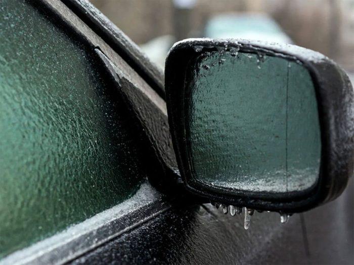 Utiliser de l'alcool mélangé avec de l'eau pour retirer glace et neige facilement!