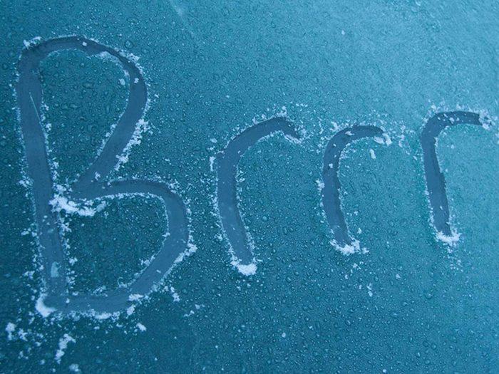 Mettre l'eau salée pour retirer glace et neige facilement!