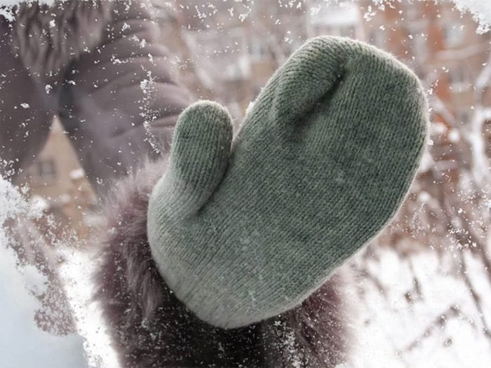 Utiliser ses mains chaudes pour retirer glace et neige facilement!