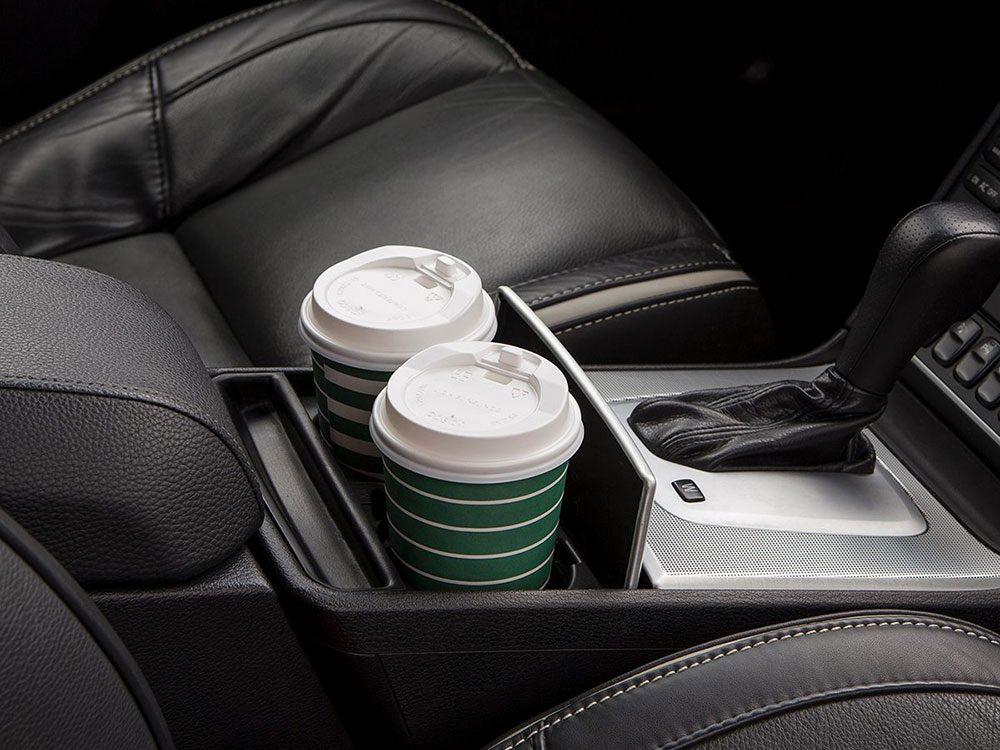 Gardez votre voiture propre avec les sacs de plastique.