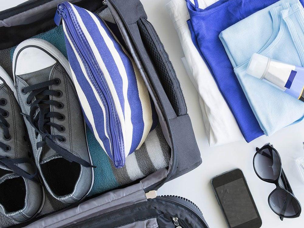 Emballer vos chaussures avec les sacs de plastique.